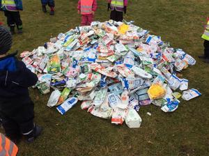 Alla 98 förskolebarnen fick i uppdrag att ta med dryckeskartonger från hemmet, för återvinning.