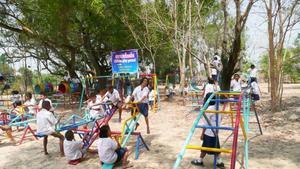 NY SKOLGÅRD. Här är den nya skolgården i Nong Boue som barnen leker på under rasterna.  Byn ligger 65 mil nordost om Bangkok.