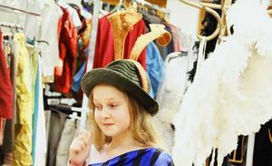 Bland änglavingar och metervis av klänningar har Klara Grönlund sin plats.