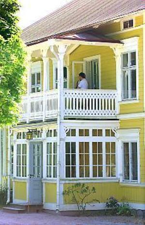 Foto: ANNAKARIN BJÖRNSTRÖM Vackert och dyrt. Den gamla prästgården i Hille ska säljas. Huset är från 1825 och har varit prästgård sedan dess. Men nu har inte församlingen råd att behålla huset.