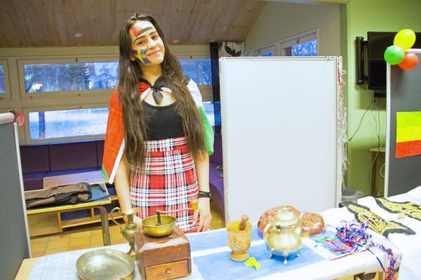 Risbroeleven Lama Awad har målat Sveriges och Palestinas flagga i ansiktet, kulturdagen till ära. Hemifrån har hon med sig saker från hemlandet Palestina att visa i skolan.