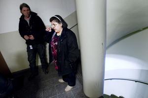 Informerar. Mats Johansson på Sandvikenhus störningsjour går runt i höghuset i Norrsätra för att berätta om den senaste anlagda branden. Tolken Sawsan Alkarkhi följer med för att översätta till arabiska och ryska. På Tallbacksvägen 17 bor det arabisktalande hyresgäster i 21 av 48 lägenheter.