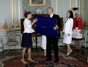 2007 gav den dåvarande statsministern Fredrik Reinfeldt (M) en platt-tv i 30-årspresent till kronprinsessan Victoria. Det mest ovärdiga exemplet på Alliansens ointresse för kulturpolitiken, enligt Lars Anders Johansson.