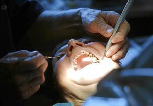 Många drabbas orimligt hårt ekonomiskt när de behöver tandvård, anser författarna till en debattartikel om att alla i Sverige ska ha rätt till subventionerad tandvård efter behov.