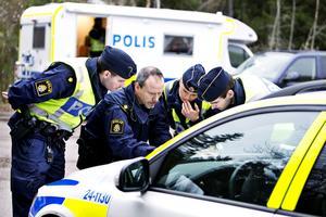 Planering. Poliserna samlades i närheten av Vedbobacken för att samordna sökandet.