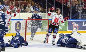 Örebros Libor Hudacek jublar efter att ha satt det avgörande målet 2-3 bakom Leksands målvakt Henrik Haukeland.