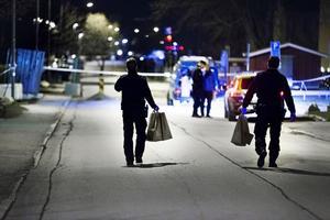 30-årig man mördad vid Emausgatan natten till fredag den 28/4 2017. Polisen genomförde teknisk undersökning på platsen och hittade flera spår som nu analyseras.