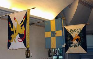 Fanorna i kyrkorummet är kanske det som mest sticker ut i Soldatkyrkan. Närmast regementets orginalfana från 1957.