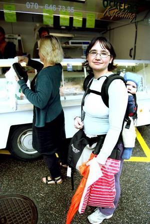 Närhet. Helena Ersson med dottern Idun handlar miljömedvetet.
