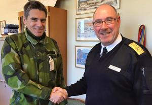 Reservofficeren Mikael Tornving och rikshemvärnschefen Roland Ekenberg.