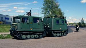Bandvagn 206/208 samt mc-förare och långt i bakgrunden Volvo terrängfordon i utkanten av Hacksta under torsdagseftermiddagen.