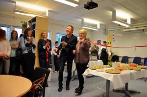 Gymnasiechef Roger Åström och barn- och utbildningsnämndens vice ordförande Lisbeth Eklund (S) inviger Utbildningscentrum.