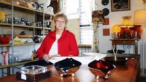 """Roligt arbete. Elisabeth Jernberg tycker om sitt jobb. """"Det roligaste är när man får åka hem och plocka bland saker och köpa av folk"""", säger hon."""