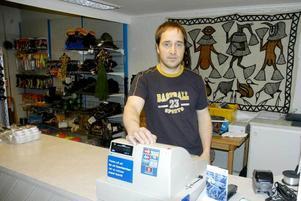 Arnold Westberg på Westbergs i Gäddede var en av de näringsidkare som drabbades av teleavbrottet i går. Foto: BO Lydén