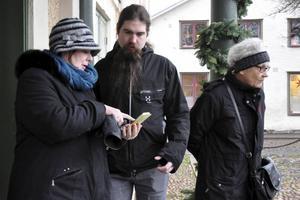 Pia Hilborn och Calle Eklund i samspråk om hur QR-kod-appen fungerar. Till höger: Sylvia Lundewall, som har ingått i den arbetsgrupp som har jobbat med att uppdatera informationen på skyltarna som ingår i Kulturpromenaden.