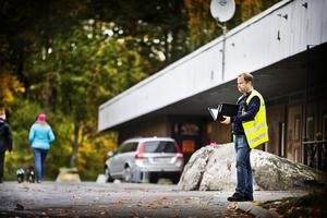 Polisen Magnus Nordström på plats vid  utanför gymmet vid Bjurhovda centrum där en 60-årig man sköts med sex skott i torsdags kväll.