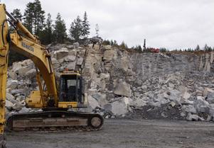 Det var en rejäl salva som gick i berget i torsdags. Den stora mängden sten nedanför bergkanten vittnar om omfattningen.