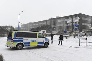 Två personer, en man och kvinna, knivskars så svårt i ett dåd i Hallonbergen i norra Stockholm att de avled av sina skador.