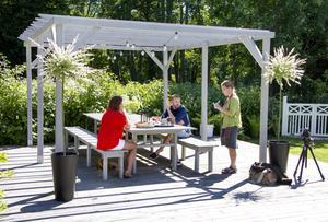 De vill ha plats för många gäster. Över långbordet, har de byggt en pergola.