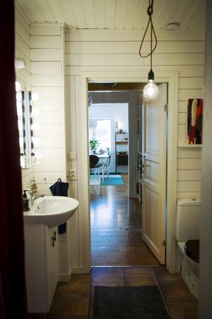 Att huset är påbyggt i omgångar blir extra tydligt i badrummet som har två dörrar.