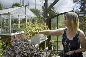 Gör i ordning. Ramona Olsson Åsblom älskar att gå runt i trädgården och fixa med sina växter. Foto: Henriette Ståhlberg