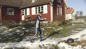 Tommy Bengtsson har skottat ihop ett eget spår i en drygt hundra meter lång slinga på gården utanför Kungsbacka. Som mest har det blivit två timmars körning.