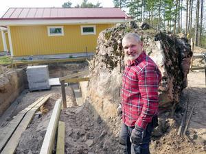 Janne Östlund är uppvuxen på jordbruk och van vid att hugga i. Han gillar att gräva, helst stora gropar.