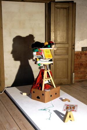 Annika Tostis självporträtt är en av installationerna i sommarutställningen Stilla Långsam Rörlig som har vernissage på bryggeriet i går.