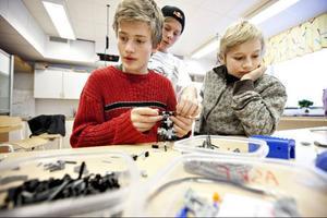 Hagbard Paulsson, Alexander Fanqvist och David Stålbring bygger en gaffeltruck. I lego visserligen men ändå ...