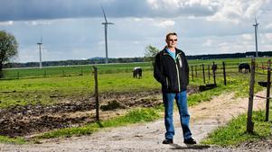 Tänk mer. Det räcker inte att bara tänka på miljö i stort, utan man måste även tänka på boendemiljön när det gäller vindkraften, tycker Kjell Hjalmarsson. Han har överklagat ett bygglov för ett nytt vindkraftverk i närheten av sin gård.