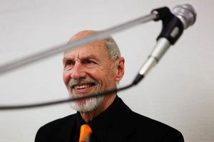 – Alltid när folk säger att jag spelar för högt svarar jag va, säger trummisen Lasse Forsberg.