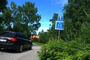 Den rekommenderade hastigheten har inte respekterats och förare har fortsatt köra 50 kilometer i timmen i villaområdet.