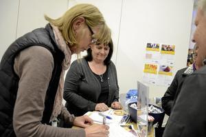 Tidningschef på plats. Marknadsassistent Karin Andersson och tidningschef Katrin Säfström tar emot i NA:s monter. På lördag finns Karin Andersson också där, då tillsammans med Åsa Eriksson, nyhetschef för NA Sydnärke.