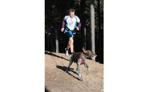 BLIXTEN. Thomas Sparr med en hund med det passande namnet Blixten, var totalt överlägsna i linlöpningsklassen.FOTO: OLA MOPERS