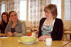 Ebba Myrsten och klasskamraterna firade med prinsesstårta under måndagen.  Foto: Carin Selldén