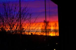 När jag tittade ut genom fönstret idag så ser jag en himmel i alla olika färger. Jag känner då direkt att det här måste jag ha på bild. Så med systemkameran i högsta hugg fotar jag denna vackra syn, precis innan det försvinner och kvällshimlen blir som vanlig igen!