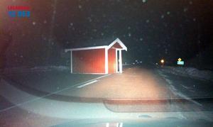 Busskuren vid Dalhemsviken, har blåst ut på vägen.