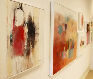 Flera målningar av Lena Sellstedt finns på utställningen.