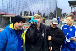 Strömsunds debuterande målvakt David Berg leds groggy av Jämtkraft Arena för vidare befordran till Östersunds sjukhus för översyn. Detta sedan han knockades i en närkamp som föregick IFK Östersunds 3-1-mål.