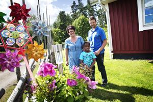 GD träffade familjen Björk precis innan de skulle åka till Sydafrika för att träffa nya familjemedlemmen Simon. Resan har varit tuff då Simon blev sjuk, men snart är hela familjen hemma i Sverige igen.