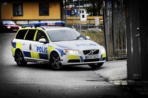 Polisbil. Kör många mil enbart för att transportera anhållna till arresterna närmare Stockholm.