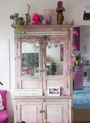 """Det stora rosa skåpet köpte Jonna för tio år sedan och det är den möbel hon """"kommer att släpa med genom hela livet""""."""