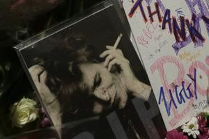 Fansen samlades i Brixton i södra London under måndagen för att hylla David Bowie som gick bort i sviterna av cancer.