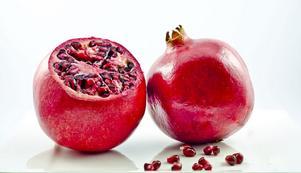 Granatäpple innehåller ellagsyra som fungerar som en antioxidant och gör din hud mer motståndskraftig mot solen liksom björnbär. Tranbär är också bra för huden.