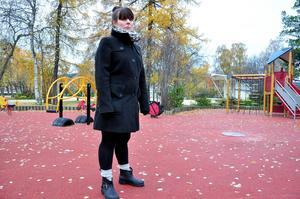 I mars bröt Jenni Olofssons son benet på en av kommunens karuseller i Badhusparken. Sonen har fortfarande ont drygt ett halvår efter olyckan.