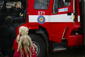 Provsittning. Kön till framsätet av brandbilarna var konstant under valborgsmässofirandet i Långshyttan.