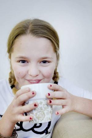 MMM...Vad GOTT MED CHOKLAD. Jorå Madelene får dricka varm choklad, trots att hon har diabetes, bara hon ser till att ta sitt insulin efteråt. Madelene oroar sig inte för framtiden men hon är medveten om att hon kan få komplikationer och inte kan jobba med vad som helst när hon blir vuxen, till exempel yrkeschaufför. Hon har redan gjort en ögonbottenfotografering för att kunna jämföra längre fram, om synen skulle bli sämre.
