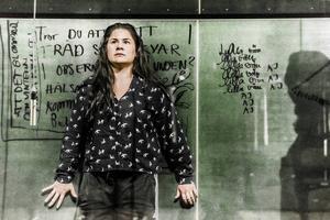 I kväll står Emma Broomé på Elverkets scen i rollen som Jackie, i Sara Stridsbergs pjäs Beckomberga.