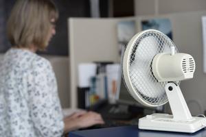 Det finns ingen exakt gräns för när det anses vara för varmt på kontoret.