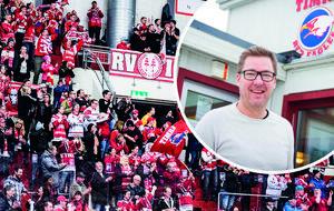 Marknadschefen Patrik Bylund och hans Timrå IK är glada över att många har köpt årskort tidigare än vanligt.